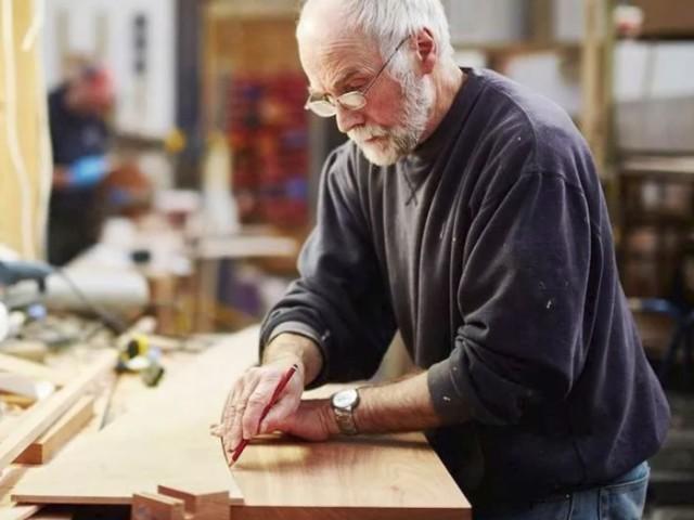 Власть решила отменить выплату пенсий работающий пенсионерам