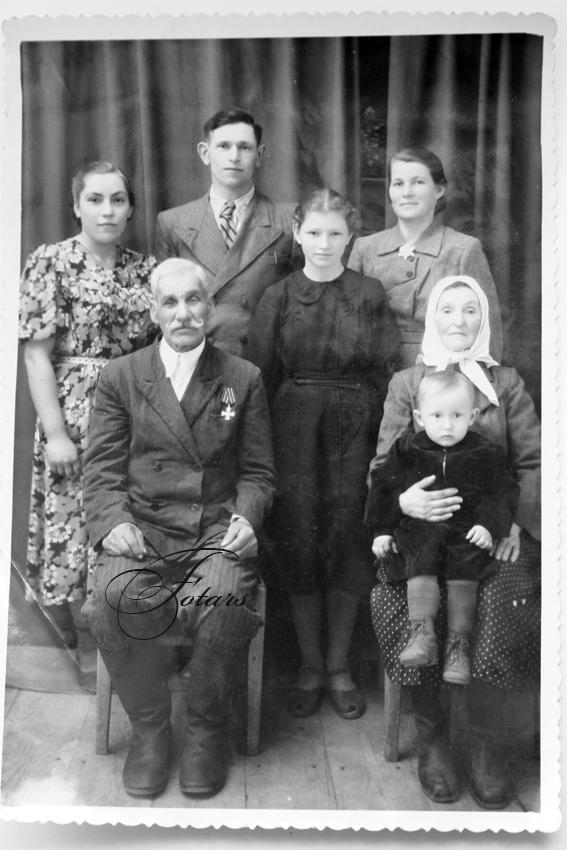 Георгиевский кавалер Грабовенко Владимир Степанович с семьёй. 11 мая 1957 года.