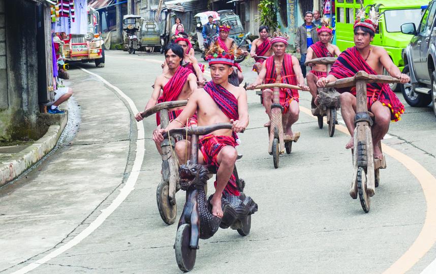 Племя аборигенов на Филиппинах делает деревянные мопеды. И они прекрасны!
