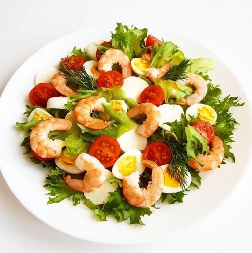 Белковый салат с креветками.