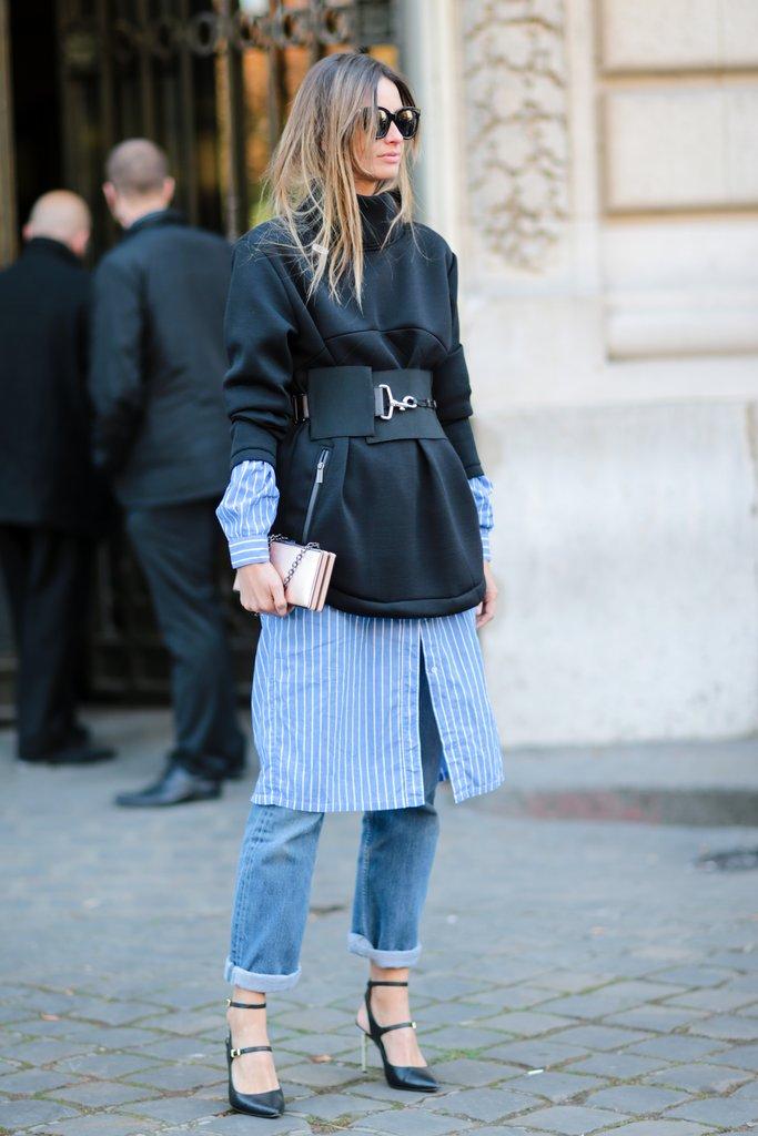Девушка в джинсах и длинной толстовке