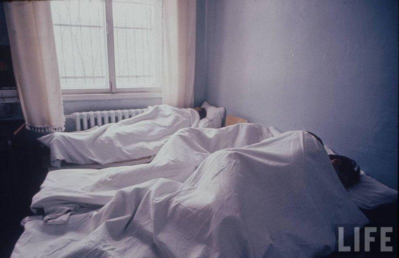 Сон у страдающих алкоголизмом. С 70-х годов борьба с этим недугом была одним из главных приоритетов здравоохранения, официальная статистика сообщала об успешном лечении 40% пациентов. СССР, качество, медицина, фото