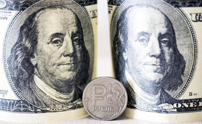Курс валют: Слабым рублем россияне платят за Крым