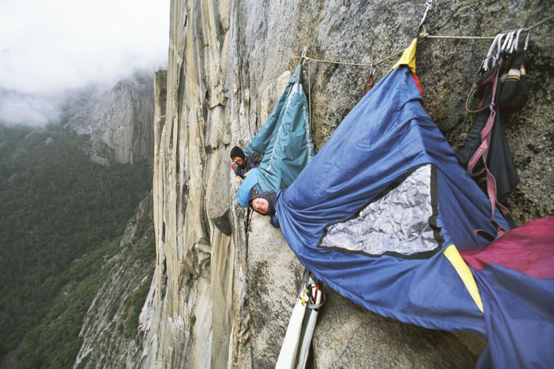 Отдых на отвесной скале в Национальном парке Йосемити, Калифорния, США кемпинг, мир, опасность, отдых, палатка, путешествие, турист, экстрим