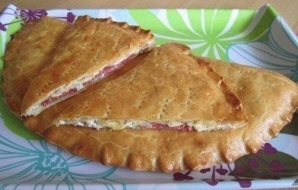 Сытный пирог с творогом, сыром и салями («Кальцоне»). Детям особенно нравится!