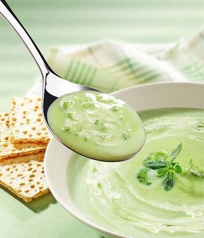Суп пюре из брокколи со свежей петрушкой.