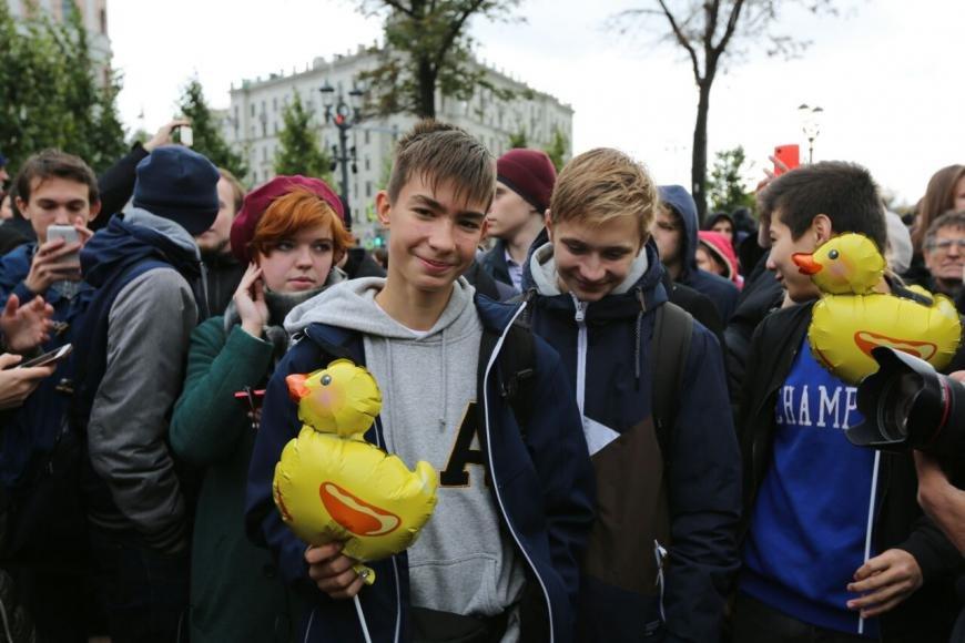 Госдума приняла во втором чтении проект о штрафах за вовлечение детей в уличные акции