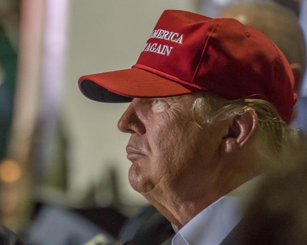Трамп пытается усидеть на дв…