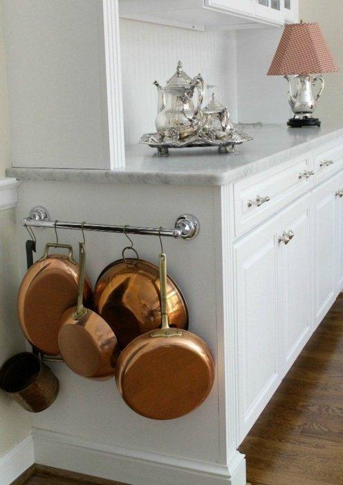 Стильное хранение кастрюль на кухне.