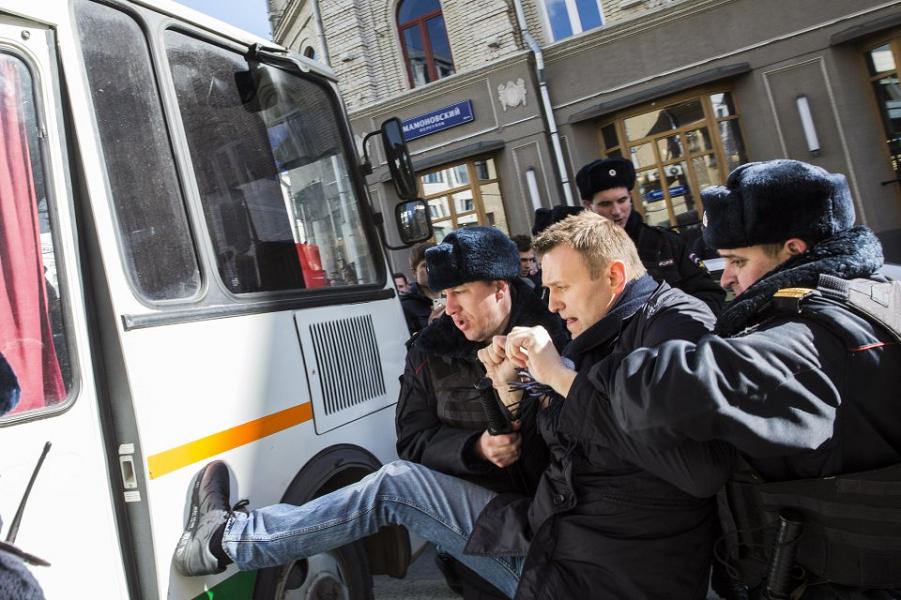 Кремль умывает руки, мэрия Москвы сдается