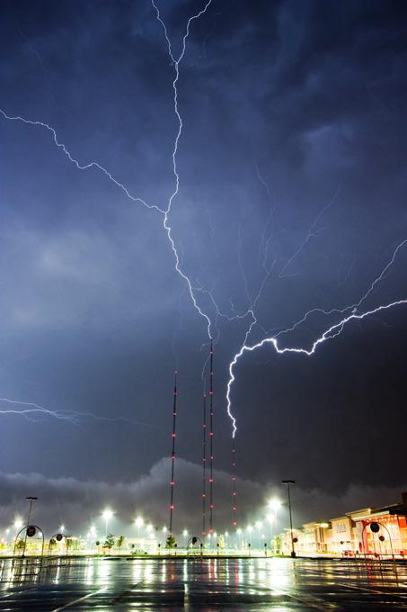 tornado-molniyami-ohotnik-krasivye-fotografii-neobychnye-fotografii