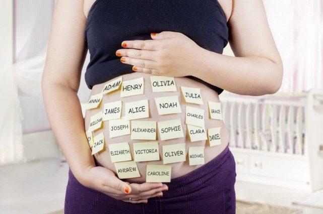Будущая мама выбирает имя своему ребенку: о чем она, беременная, в этот момент думает?