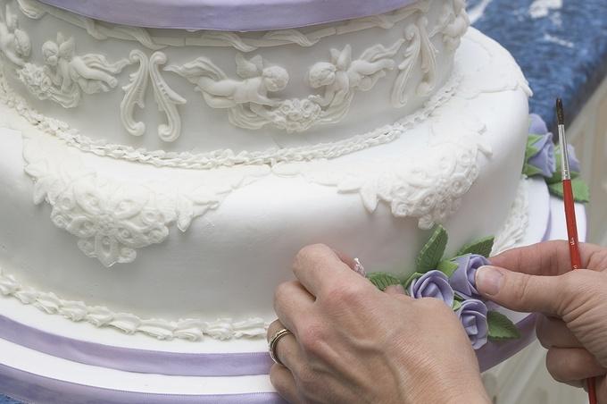 Как обтянуть мастикой круглый торт