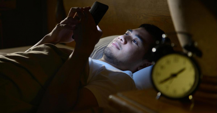 спать с зарядкой телефона, спать с зарядным устройством телефона, зарядное устройство в кровати, зарядка в кровати