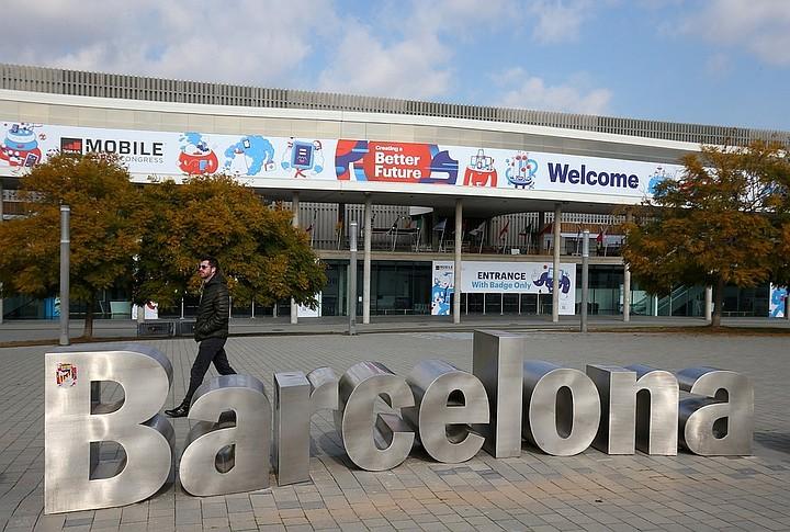 В Барселоне автомобиль сбил пешеходов и снес две террасы, пострадали 4 человека