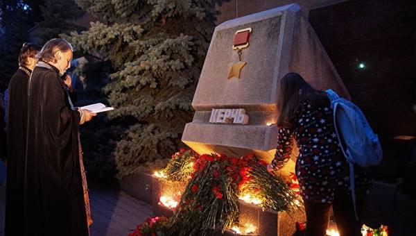 Стихийные мемориалы в память о погибших в Керчи возникли по всей стране