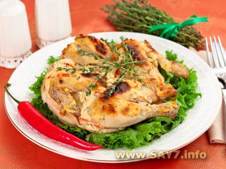 Цыпленок, запеченный под кремом из Филадельфии, чеснока, перца и тимьяна