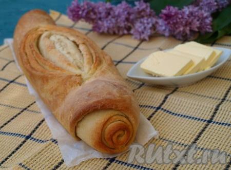 Разогреть духовку до 200 градусов и выпекать хлеб до румяной корочки примерно 25-30 минут. Остудить на решётке, накрыв полотенцем.