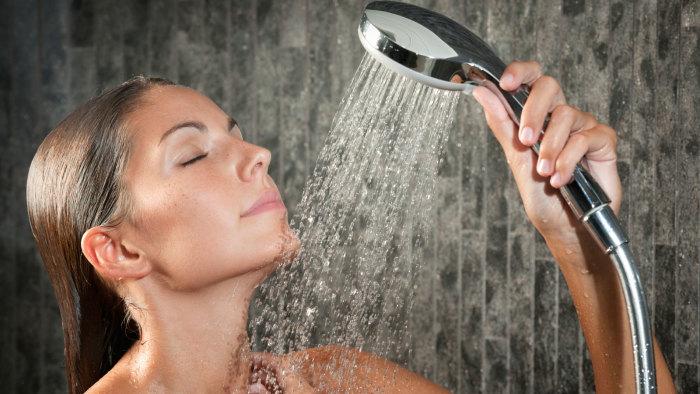 Теплый душ охлаждает тело. /Фото: newenglandpondhockey.com