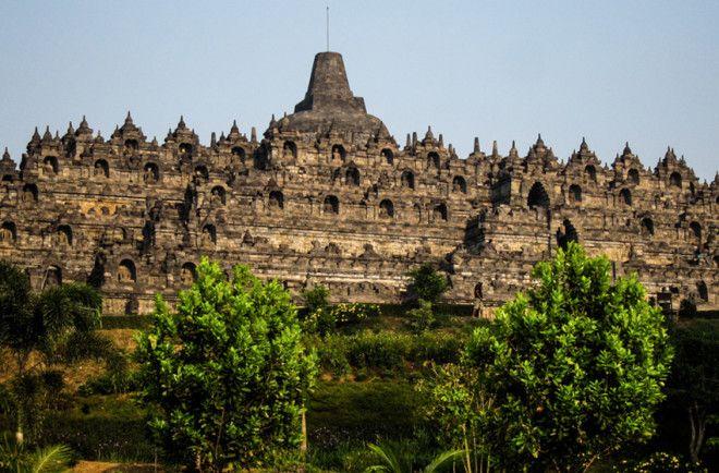 Боробудур Ява Буддийская ступа и связанный с ней храмовый комплекс расположены на острове Ява в Индонезии Ступа состоит из 2 000 000 каменных блоков а объем всего сооружения составляет около 55 000 м Постройка датируется VIIIX веком Комплекс Боробудур входит в число объектов Всемирного наследия