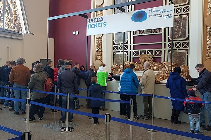 Искусственный ажиотаж: очереди и сложности продажи билетов в открывшемся центре «Космонавтика и авиация» на ВДНХ