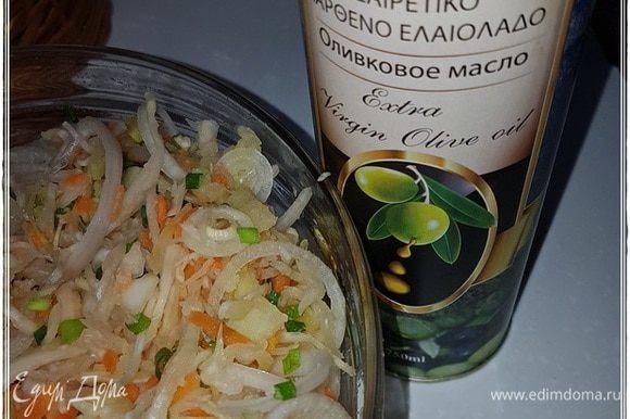 А заправлять салат только маслом. Постным. Оливковое холодного отжима тоже хорошо. Особенно вот такое. Из Киккского монастыря, что в Тродосских горах. Или еще какое экзотическое, типа из виноградных косточек или из ореха грецкого. Плохо не получится.