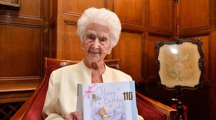 110-летняя бабушка из Англии рассказала, что секрет её долголетия — виски