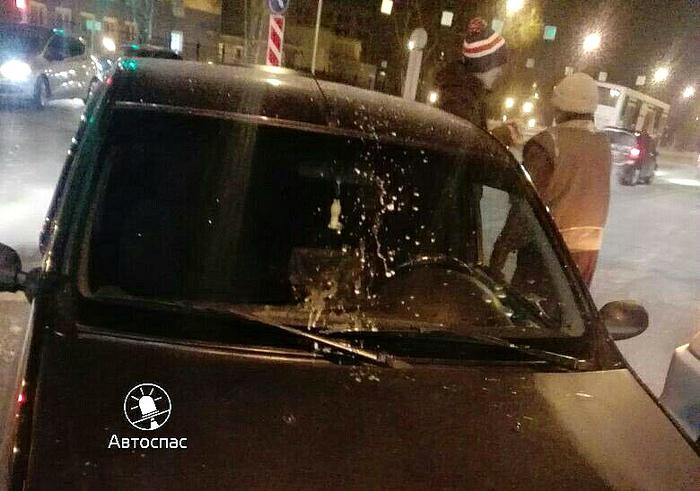 Таксист устроил погоню с тараном из-за выброшенной из другой машины стеклянной бутылки