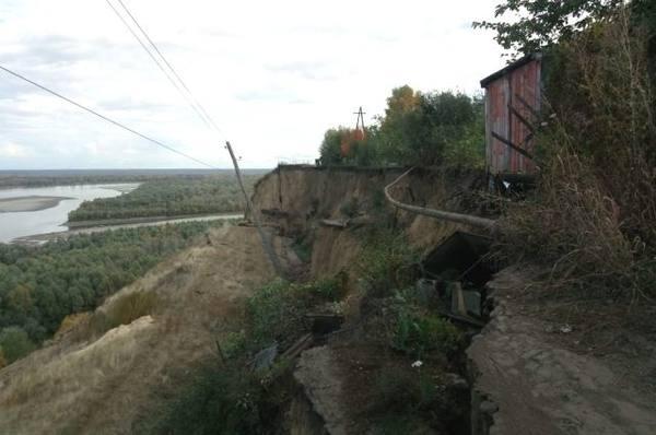Геологи обследуют берег Оби возле садоводства, где произошел оползень