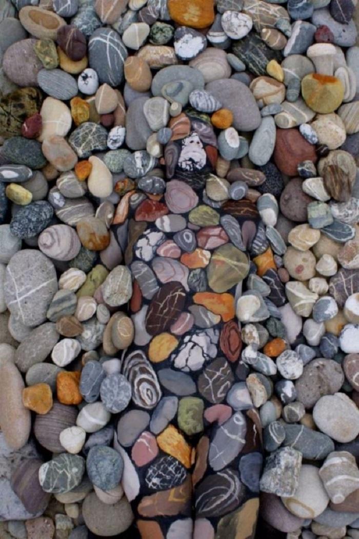 Среди камней и листвы отдыхает живая женщина… А тебе много времени понадобилось, чтобы увидеть ее?