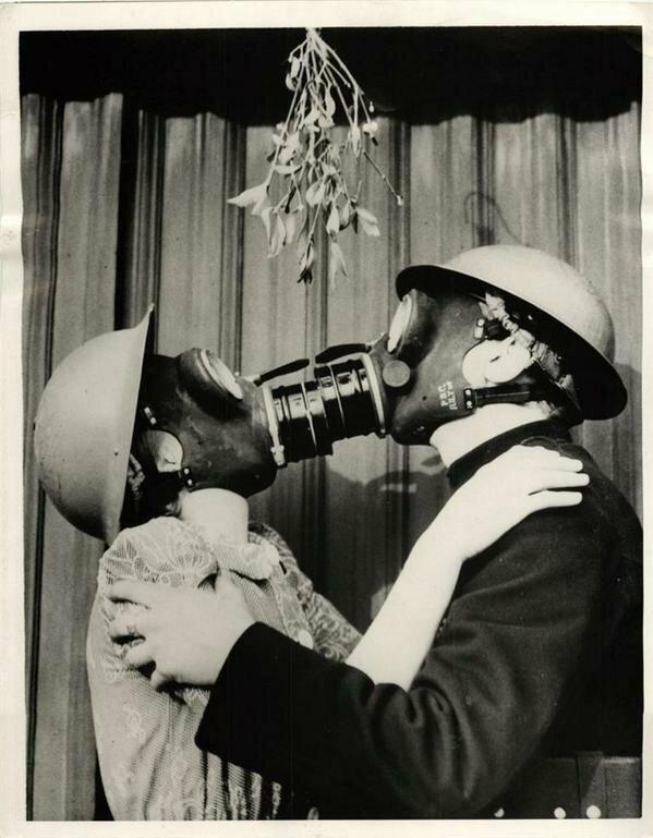 Поцелуй в противогазах. Вторая мировая. Великобритания. 1940г. интересно, история, фото