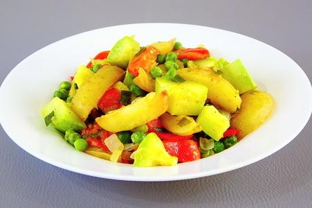 Фото к рецепту: Рагу из молодых овощей
