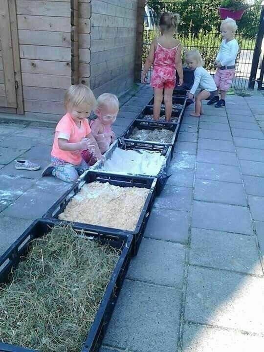 Лучший квест, хоть и грязноватый, но зато затягивает надолго - в емкости разной ерунды насыпать - муки (мела), песка, травы, листьев, опилок и т.д. и разрешить во всем это ковыряться как угодно. Да, мусорно, но ведь как круто Фабрика идей, гениально, дети, занятие, интересное, родители, увлечение