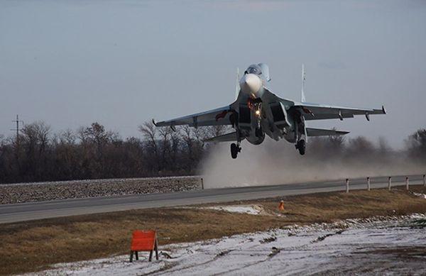 Три боевых самолета приземлились надорогу вРостовской области
