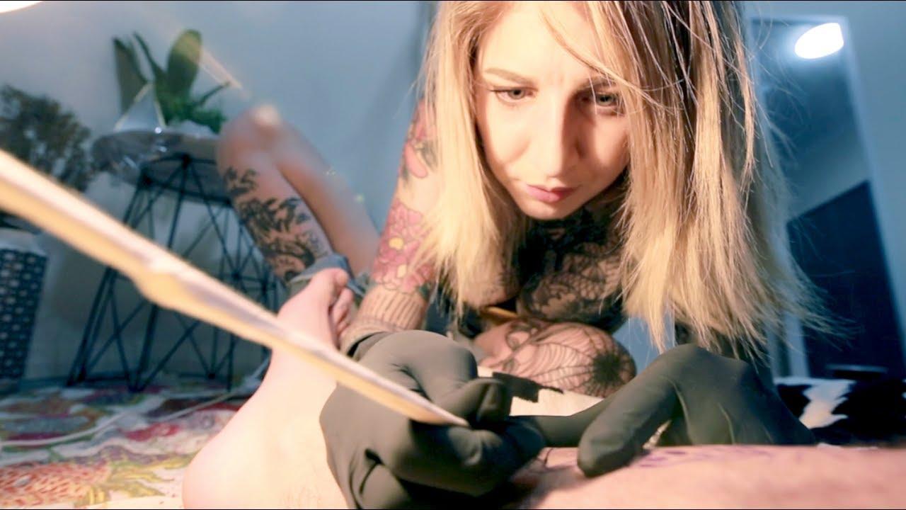 Тату-художница делает татуировки, которые раскрывают свою красоту