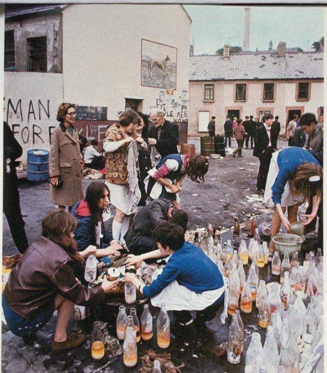 Девушки делают зажигательные смеси во время схватки за Богсайд, 1969 год, Северная Ирландия история, люди, мир, фото