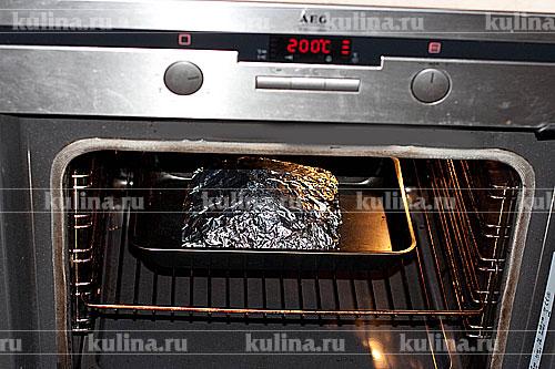 Завернуть мясо в фольгу, переложить в противень и поставить в духовку. Запекать при 180-200 градусах около часа.