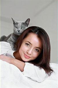 Кошка сидит на хозяйке