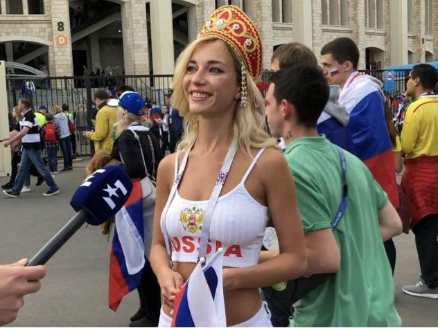 Самые красивые болельщицы на матче открытия ЧМ-2018