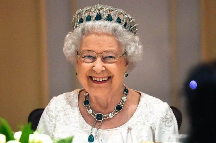 Каким образом Владимирская тиара оказалась у королевы Великобритании