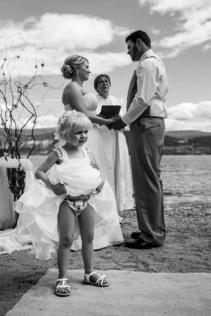 Эту девочку-цветочницу абсолютно не волнуют клятвы в мире, дети, подборка, прикол, свадьба, эмоция, юмор