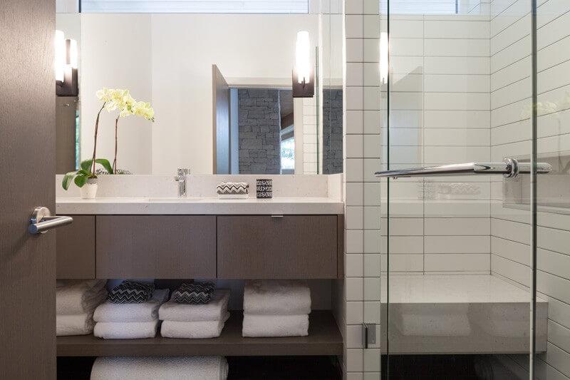 Дизайн ванной комнаты с белоснежной отделкой стен