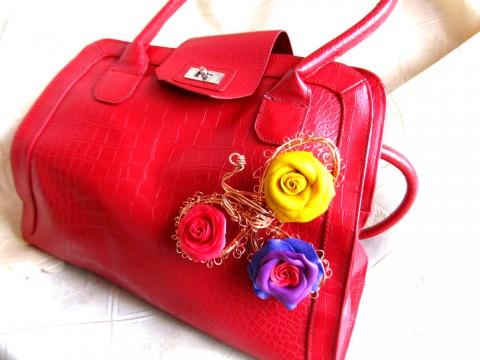 Розы Абракадабра. Брошь на красной сумке -2