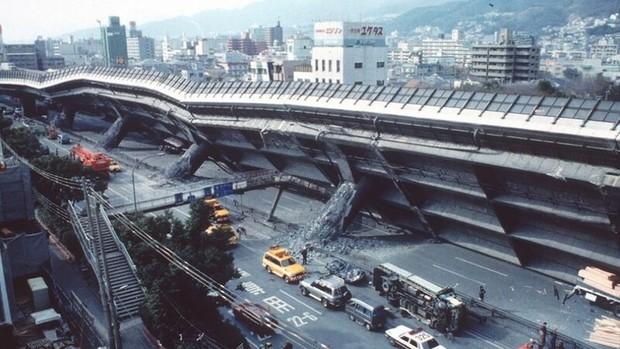 Фото №1 - История одной фотографии: рухнувшая эстакада в японском Кобе, январь 1995 года