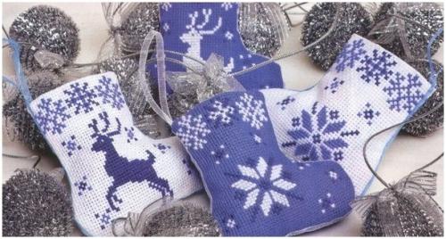 Носочки с вышивкой, новогодний декор своими руками, простая и удобная цветная схема вышивки, рождественские носочки, олени, снежинки