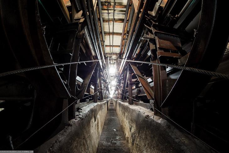 Что находится под эскалатором?