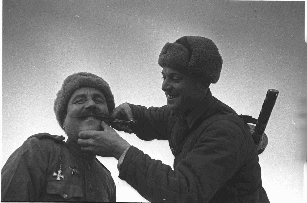 Боец РККА ровняет усы сослуживцу-кавалеру Георгиевского креста