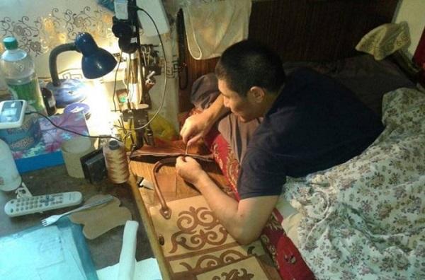 Изящные кожаные сумки от мужчины-инвалида