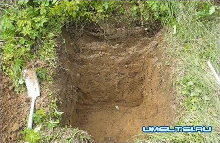 стоительство коптильни, вырыли яму