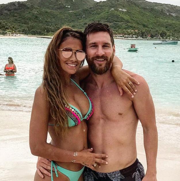 Знаменитый футболист вместе с супругой, детьми и друзьями отправился отдыхать на Карибские острова.